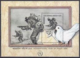 Bangladesch Bangladesh 1986 Organisationen UNO ONU Frieden Peace Friedenstaube Doves Soldaten Soldiers, Bl. 14 ** - Bangladesch