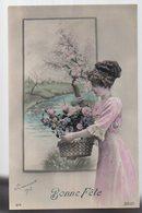 REF 363 - CPA Fantaisie Femme Et Bouquet De Fleurs - Femmes