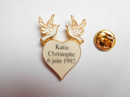 Superbe Pin's , Mariage Katia & Christophe , 06 Juin 1992 , Cœur , Colombe - Badges