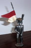 Soldat Empire En Etain Avec Drapeau - Figurines