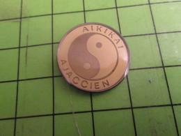 1418B Pins Pin's / Rare & Belle Qualité THEME SPORTS / AIKIDO ? AIKIKAI AJACCIEN CORSE AJACCIO - Pin