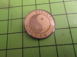 1418B Pins Pin's / Rare & Belle Qualité THEME SPORTS / AIKIDO ? AIKIKAI AJACCIEN CORSE AJACCIO - Pin's