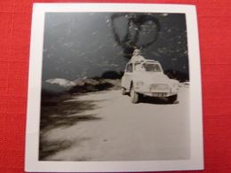Photographie Originale 9 X 9 Voiture Véhicule Femme Debout Dans Une CIROËN Dyane Décapotée Non Située (84) - Automobiles