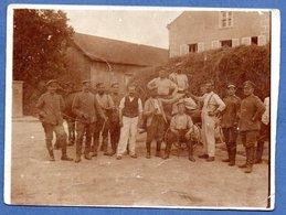 Carte Photo  - Groupe De Soldats Devant Une Ferme -  Endroit Indiqué Au Dos - War 1914-18