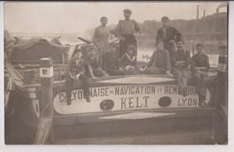 CARTE PHOTO : COMPAGNIE LYONNAISE DE NAVIGATION ET REMORQUAGE KELT LYON - MARINIERS SUR LE BATEAU - RARE - 2 SCANS - - Postcards