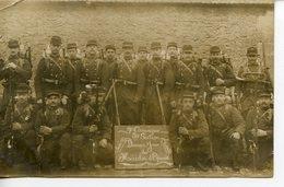 241. CPA PHOTO GROUPE DE MILITAIRES CLASSES 1909/10 (13è INFANTERIE ?) DERNIER JOUR DES MARCHES D'EPREUVE - Guerre 1914-18