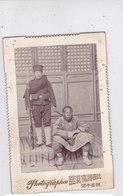 CARD CINA PHOTOGRAPHOR PECHINO SOLDATO CON FUCILE E BAIONETTA TIENE FERMO RIVOLUZIONARIO ?-2-   0882 28461 - Chine