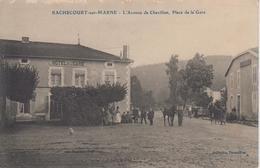 """CPA Rachecourt-sur-Marne - L'avenue De Chevillon, Place De La Gare (jolie Animation Devant """"L'Hôtel De La Gare"""") - France"""