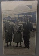 DAVANTI STAZIONE BUS ANNI '30 / '40  FOTO B/N VINTAGE - Personas Anónimos