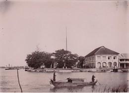 Photo Originale Albuminée Circa 1900  Indochine Viet Nam,  Mytho   L'hôtel   Le Quai    Jonque - Luoghi