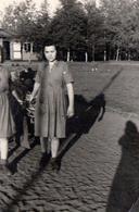 Photo Originale Les 2 Pin-Up Et Jeu D'Ombres Et Dur Labeur Vers 1940 - Pin-Ups
