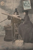 X5-  ASTRONOMIE - PROFESSEUR ET ELEVE (FEMME)  LONGUE VUE - LUNE - (OBLITERATION DE 1904 -2 SCANS) - Astronomie