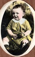 Photo En Médaillon Originale Colorisée - Bébé Dans L'Herbe Tenant Un Oeuf De Pâques Vers 1910/20 - Personnes Anonymes