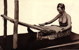 SINGAPOUR - RAFFLES MUSEUM - DYAK WOMAN WEAVING - Singapore