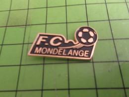413b Pins Pin's / Rare & Belle Qualité THEME SPORTS / FOOTBALL CLUB DE MONDELANGE - Autres