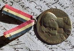 MEDAILLE SOUVENIR Et Petit RUBAN BELGIQUE ,  LL MM ALBERT & ELISABETH , JOURNEE Métal Doré . OLD MEDAL BELGIUM - Belgique