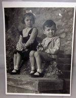 BAMBINO E BAMBINA CON FIORI 1936 FOTOGRAFIA B/N VINTAGE - Personnes Anonymes