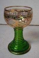Lot. 996. Ancien Verre à Vin Blanc D'Oberwesel. Pied Vert Striés, Ballon Doré Décoré De Grappes De Raisins - Verres