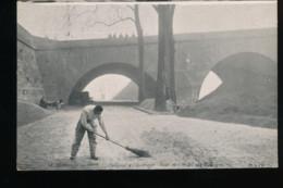 75 -- Paris  -- Berges De La Seine -- Balayeur A L'ouvrage -- Quai De L'Hotel De Ville - Inondations De 1910
