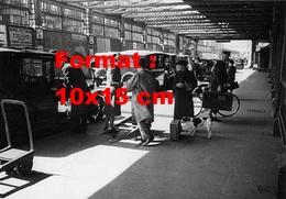 Reproduction D'une Photographie Ancienne De Taxis Et Voyageurs à La Station Paddington à Londres En 1942 - Riproduzioni