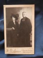 Photo CDV  Dufour à Besancon  Religieux, Curé Avec Un Femme Portant Un Grand Chapeau  Ap. 1900 - L413 - Personnes Anonymes