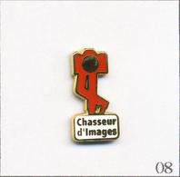 """Pin's Médias - Presse Ecrite / Magazine Photo """"Chasseur D'Images"""" - Version Rouge. Est. Decat. Zamac. T630-08 - Photography"""