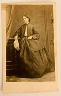 Cdv Carte De Visite, Victorian Lady Holding Hat, Long Crinoline Dress. C1850s/60s UK - Photos