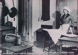 Cpa FEMME BONNET DENTELLE REPASSANT, FER A REPASSER , FERS / POELE , OLD KITCHEN PHOTO PC WOMAN IRONING - Femmes