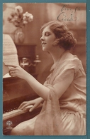CPA - JEUNE FEMME ET PIANO - STE CÉCILE - Women
