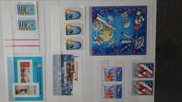 Gros Album (64 Photos) De Timbres Et 151 Blocs ** De Divers Pays Dont Quelques NON DENTELES. Côte Très Sympa - Collections (en Albums)