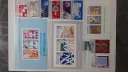 Gros Album (60 Photos) De Timbres Et 140 Blocs ** De Divers Pays Dont Quelques NON DENTELES. Côte Très Sympa - Briefmarken