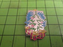 1418c Pin's Pins : BEAU ET RARE /  NOEL : SAPIN AVEC CADEAUX ETOILE ET BOULES - Christmas