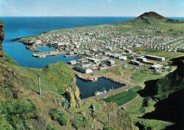 1 AK Island * Blick Auf Den Ort Heimaey Mit Dem Vulkan Helgafell Auf Der Insel Heimaey - Zu Den Vestmannaeyjar Inseln - Island