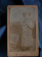 Photo CDV  Femme Portant Un Enfant Dans Ses Bras  Coiffe Régionale, Tablier à Carreaux  CA 1900 - L412 - Photos