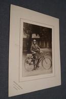 Ancienne Grande Photo (poilu ,guerre 14-18 ? )Soldat Armé En Vélo,photographe Arthur Henrion Stembert,27 Cm./21 Cm. - Guerre, Militaire