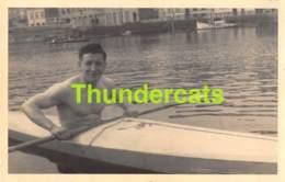 FOTOKAART CARTE DE PHOTO  OOSTENDE BREDENE 1947 CANAL BREEDENE OSTENDE KAJAK KAYAK  HOMME TORSE NU GAY SPORT SPORTIF - Orte