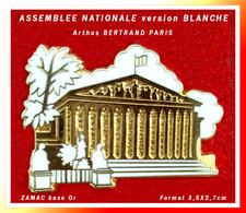 SUPER PIN'S ASSEMBLEE NATIONALE-Arthus BERTRAND : La Version Couleur BLANCHE En ZAMAC Base Or, Effet Relief, 3,5X2,7cm - Arthus Bertrand