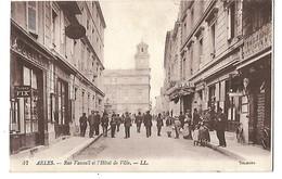 13 ARLES RUE VAUXALL ET L'HOTEL DE VILLE CPA 2 SCANS - Arles
