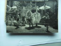 Indonesië Indonesia  Bali ? Photo Postcard People With Umbrella Against Sun ? - Indonesië