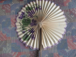 Bel éventail Publicitaire  Chambrelent Paris  Confiserie Miel MARSAT Puy De Dôme Décor Fleurs Violettes Publicité Au Rec - Publicité