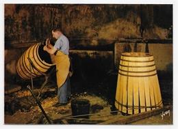 (RECTO / VERSO) COGNAC - N° 6 -  COGNAC HENNESSY - UN TONNELIER AU TRAVAIL - CPSM GF NON VOYAGEE - Cognac