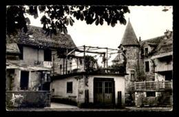 12 - STE-EULALIE-D'OLT - LA PLACE ET L'ECOLE COMMUNALE - CAFE DE LA PLACE - Frankreich
