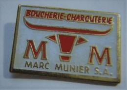 G40 Pin's Boucherie Charcuterie MARC MUNIER Avec Tête De Vache Achat Immédiat - Food