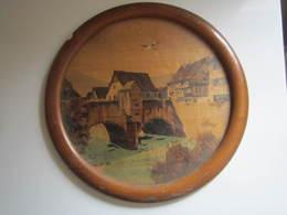 ANCIEN TABLEAU BOLI EN BOIS PEINT ALSACE CIGOGNE CADRE ROND VITRE, Trace De Peinture Blanche. Diamètre : 32,5 Cm - Autres Collections
