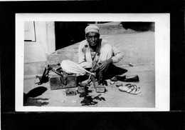 PAKISTAN (LAHORE) Métier De La Rue  BOTTIER  Trés Animée Année 1950  CARTE PHOTO 14cmX9cm  Voir Scannes Recto Verso - Pakistan