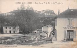 BREGNIER-CORDON - Les Gares P.-L.-M. Et Du Tramway - Voies Ferrées - Café Rampin - Autres Communes