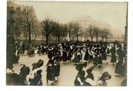 """Photo 90 X 128 Mm """" Fêtes Fin De Guerre, Strasbourg, Danses Et Rondes, Alsaciennes En Costume Et Militaires"""" Fin 1918 - Oorlog, Militair"""
