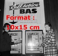 Reproduction D'une Photographie Ancienne D'un Distributeur Self Service De Bas Nylon Gare St-Lazare à Paris En 1965 - Reproductions