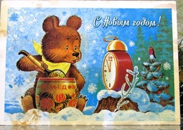 Teddy Bear Eats Honey From The Tub Wooden Spoon Parrot Alarm Clock Christmas New Year USSR Postcard By Zarubin - New Year