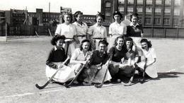 Photo Originale Equipe De Hockey Sur Gazon Féminine Lilloise & Crosses En 1945 - Nom & Prénoms Au Dos - Lille 59000 USVA - Sport